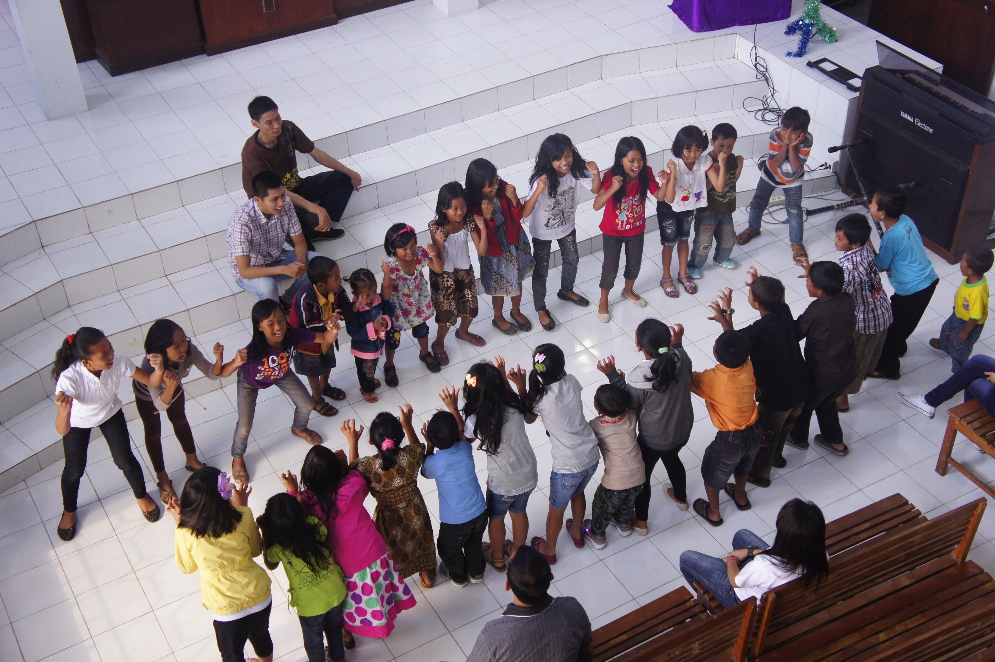 Wacana, dan malam hari melayani Ibadah KKR Pemuda di Gereja Bethany